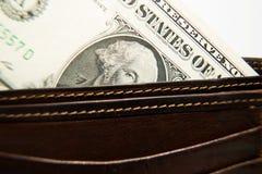 Cartera vieja con los billetes de banco de dólares de EE. UU. dentro Fotografía de archivo libre de regalías