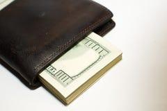 Cartera vieja con los billetes de banco de dólares de EE. UU. dentro Fotos de archivo libres de regalías