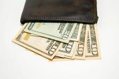 Cartera vieja con los billetes de banco de dólares de EE. UU. dentro Foto de archivo