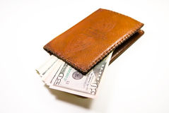 Cartera vieja con los billetes de banco de dólares de EE. UU. dentro Fotografía de archivo