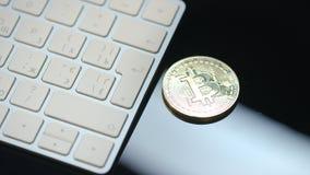 Cartera virtual del cryptocurrency Las monedas de Bitcoin y del ethereum acercan al teclado almacen de metraje de vídeo