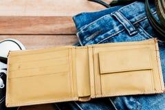 Cartera y accesorios amarillos del vintage en un fondo de madera Fotos de archivo libres de regalías