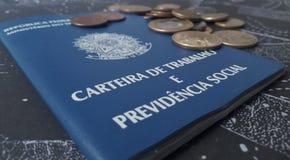 Cartera y monedas de trabajo brasileñas imagenes de archivo