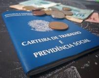 Cartera y monedas de trabajo brasileñas imagen de archivo
