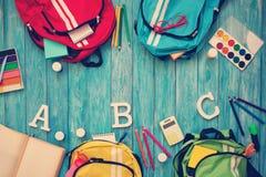 Carteras coloridas de los niños en piso de madera imágenes de archivo libres de regalías