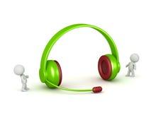 caráteres 3D e um par de grandes fones de ouvido com microfone Fotos de Stock