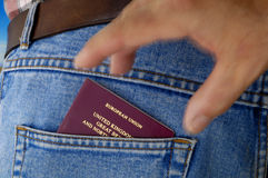 Carterista en la acción - pasaporte. Fotos de archivo
