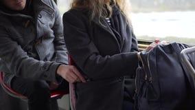 Carterista que roba el teléfono de un bolsillo del ` s de la mujer en tranvía o autobús almacen de metraje de vídeo