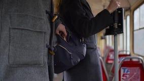 Carterista que roba la cartera de un bolsillo del ` s de la mujer en tranvía o autobús metrajes