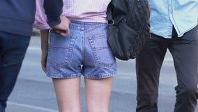 Carteristas de la calle que roban la cartera de la muchacha en el lugar público, crimen en ciudad grande metrajes