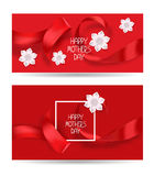 Cartes élégantes heureuses rouges du jour de mère avec les rubans en soie rouges et les fleurs blanches Photo libre de droits