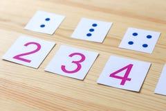 Cartes avec des nombres et des points L'étude des nombres et des mathématiques Image stock