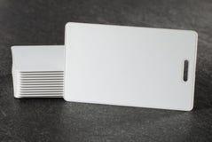 Cartes blanches de RFID sur la partie supérieure du comptoir Photos libres de droits