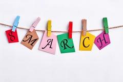 Cartes colorées accrochant sur la corde à linge Images stock
