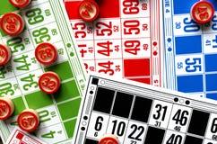 Cartes colorées de bingo-test avec des boules de nombre Photo libre de droits