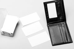Cartes dans la couleur blanche avec l'espace de copie Pile de cartes de visite professionnelle de visite dans le porte-cartes sur Photos libres de droits