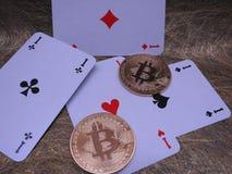 Cartes de Bitcoins et de jouer - quatre as Photo stock
