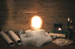 Cartes de boule de cristal et de tarot Le seance Lecture de destin et d'avenir photos stock
