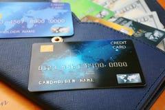 Cartes de crédit avec l'argent dans le portefeuille Photo libre de droits