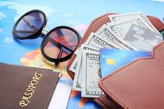 Cartes de crédit avec l'argent dans le portefeuille Image stock