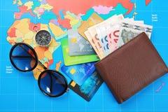 Cartes de crédit avec l'argent dans le portefeuille Images stock