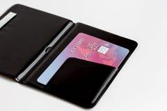 Cartes de crédit avec la fin de porte-cartes vers le haut des achats en ligne Photographie stock libre de droits