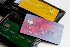 Cartes de crédit avec la fin de porte-cartes vers le haut des achats en ligne Photo stock