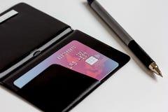 Cartes de crédit avec la fin de porte-cartes vers le haut des achats en ligne Image stock