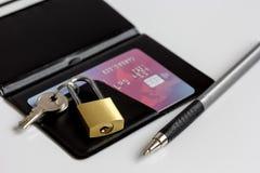 Cartes de crédit avec la serrure, fin de porte-cartes vers le haut des achats en ligne Photos libres de droits