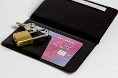 Cartes de crédit avec la serrure, fin de porte-cartes vers le haut des achats en ligne Photographie stock
