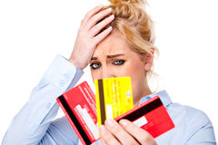Cartes de crédit chargées de fixation de femme de craquement de crédit Image stock