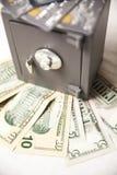 Cartes de crédit de coffre-fort, d'argent et photo stock