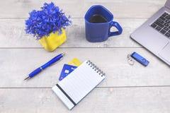 Cartes de crédit, ordinateur portable, bloc-notes sur le bureau en bois image libre de droits