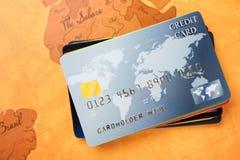 Cartes de crédit sur la carte du monde Photographie stock libre de droits