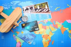 Cartes de crédit sur le fond du monde Photos libres de droits
