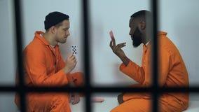 Cartes de jeu caucasiennes et afro-américaines de prisonniers, jeu illégal en prison banque de vidéos