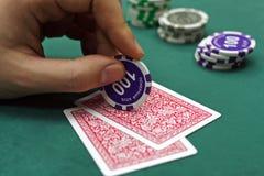 Cartes de jeu dans des mains Photographie stock