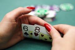 Cartes de jeu dans des mains Image libre de droits