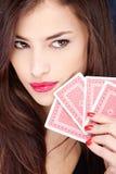 Cartes de jeu de jolie fixation de femme photos stock