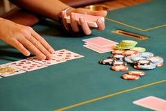 Cartes de jeu de personne dans le casino Photo stock