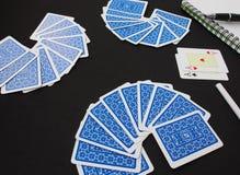 Cartes de jeu, procès de carte Plate-forme bleue de jouer des cartes au-dessus de fond noir Image libre de droits