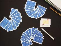 Cartes de jeu, procès de carte Plate-forme bleue de jouer des cartes au-dessus de fond noir Images stock