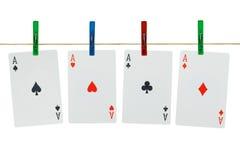 Cartes de jeu sur des pinces à linge Photos libres de droits