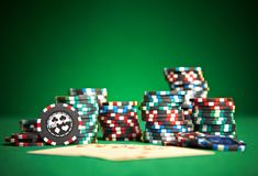 Cartes de jeu sur le tissu vert Photographie stock libre de droits