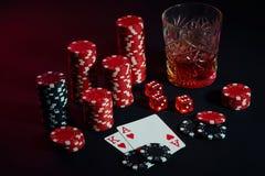 Cartes de joueur de poker Sur la table sont les puces et un verre de cocktail avec le whiskey Cartes - Ace et roi Photo libre de droits