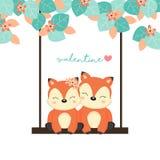 Cartes de jour du ` s de Valentine Couplez les renards sur l'oscillation dans la forêt illustration libre de droits