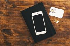 Cartes de la commutation SIM dans le smartphone mobile Images stock