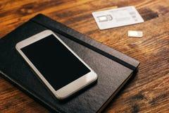 Cartes de la commutation SIM dans le smartphone mobile Photographie stock