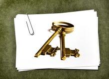 Cartes de livre blanc avec le trombone Image libre de droits
