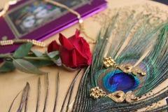Cartes de mariage, bijoux, fond artistique Photo libre de droits